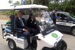 Nel centro storico l'auto elettrica della polizia locale