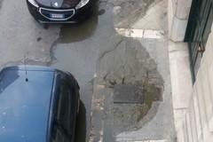Via De Robertis: saltano i tombini della fognatura
