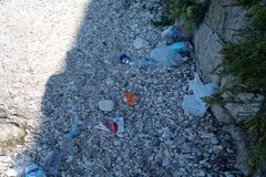 Spiaggia Vittoria Grande colma di rifiuti: i bagnanti si trasformano in operatori ecologici