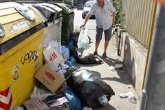 Via Perrone Capano colma di rifiuti: «Sono giorni che non passa nessuno per la pulizia»