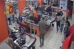 Rapinarono un supermercato e sequestrarono un cliente: arrestato uno dei due responsabili