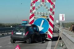 Auto contro camion della segnaletica stradale, incidente sulla S.S. 16 in direzione Nord