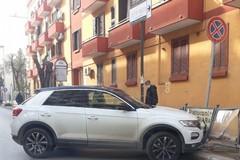 Auto finisce contro i cartelloni pubblicitari in via Imbriani