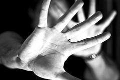 Vetrine sul tema della violenza sulle donne nei negozi di Trani