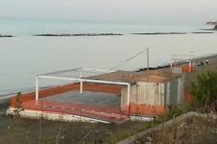 Manufatto sulla Seconda Spiaggia, M5S: «E' ancora là e siamo già a ottobre inoltrato»