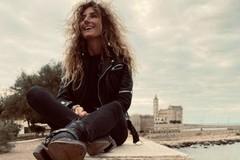 """Nina de """"Le Iene"""" sorride dal muretto della villa comunale di Trani: sarà per diletto o una inchiesta?"""