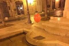 """Effetto """"It"""": in città spuntano tanti palloncini rossi dai tombini"""