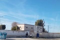 Saltano il muro e attraversano i binari, nuovo episodio in via Andria