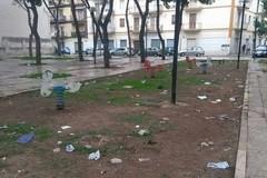 Piazza Giovanni Paolo II, degrado e sporcizia fanno da padroni
