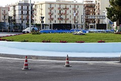 Auto finisce contro il rondò di via Istria