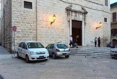 Parcheggio selvaggio sul sagrato della chiesa di Santa Chiara