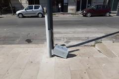 Continuano i danneggiamenti sugli arredi urbani: anche un palo alla fermata del bus
