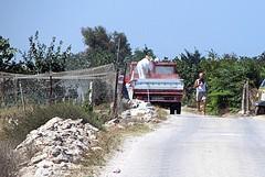 Autocarro scarica materiale edile