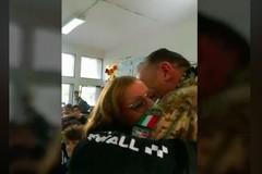 Torna dalla missione in Afghanistan e sorprende la figlia a scuola, l'abbraccio commuove il web