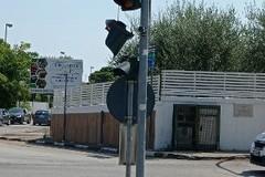 """Semaforo """"a penzoloni"""" all'incrocio di Capirro: nessun testimone delle cause del probabile impatto con un automezzo pesante"""