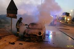 Auto in fiamme all'uscita del casello autostradale: illesi due tranesi