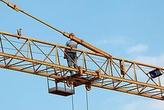 Due uomini si arrampicano su una gru da 13 metri