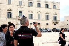 Rubano auto e portafogli a due turisti, il B&B paga loro il viaggio di ritorno