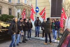 Amiu, guardie giurate protestano davanti al Comune