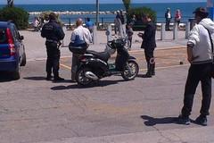 """Parcheggio fai da te a Colonna, venditore ambulante si fa le sue """"strisce"""""""