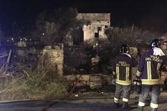 Vasto incendio in un terreno di via Monte d'Alba