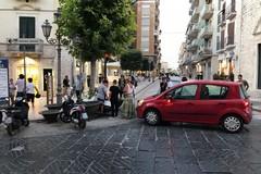 Parcheggia in divieto di sosta e senza freno a mano, l'auto travolge una vespa