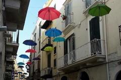 Ombrelli colorati sospesi in aria: la mania invade anche Trani
