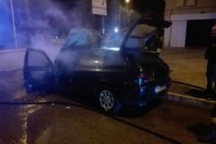 Auto in fiamme nella notte: appartiene ad un agente di Polizia