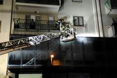 Cornicione pericolante in via De Gennaro, intervengono i vigili del fuoco
