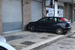 Incidente su via Falcone, un'auto finisce contro un muro