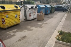 Via Gramsci, non si fa in tempo a ripulirla che spuntano i primi rifiuti