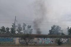 Incendio vicino alla ferrovia, sul posto vigili del fuoco e polizia locale