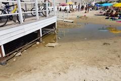 Spiaggia di Colonna, la fogna trabocca e il liquame finisce in mare: la denuncia di Barresi