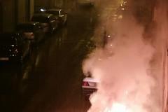 Notte di paura in via Festa: quattro bidoni dell'immondizia a fuoco