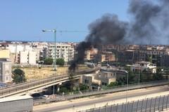 A fuoco un terreno incolto in zona Stadio: alta nube di fumo nero sovrasta la 16bis