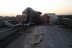 Camion si ribalta sulla 16bis: traffico bloccato in direzione Trani
