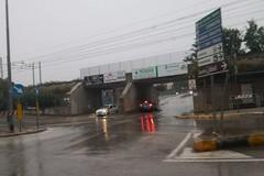 Sottopasso di Pozzo Piano allagato, auto transitano nonostante il semaforo rosso e l'allarme sonoro