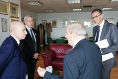 Scambi di doni tra il sindaco Amedeo Bottaro e il sindaco de Ruggieri