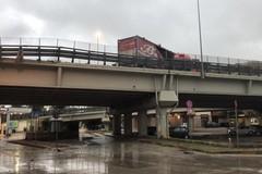 Incidente sulla 16bis: camion perde il controllo e si scontra contro la balaustra