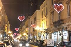 Trani si colora di rosso in vista del San Valentino: installate le luminarie a forma di cuore