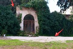 Si sgretola il muro d'ingresso di Villa Telesio: cedimento o atto vandalico?