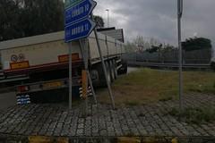 Imbocca la 16 bis con una manovra errata e rimane bloccato sulla rampa