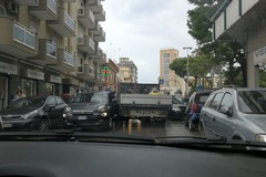 Incidente tra due mezzi, traffico paralizzato in via Tasselgardo