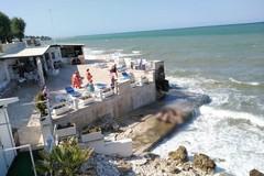 Rischia di annegare, in due traggono in salvo un bagnante sul lungomare Cristoforo Colombo
