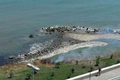 Incendio sul lungomare Chiarelli, in fiamme sterpaglie e arbusti