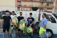 """Rifiuti abbandonati, volontari della """"3Place"""" ripuliscono il lungomare Mongelli"""