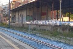Il porticato vicino alla stazione è la nuova dimora dei rom