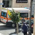 Uomo avverte malore per strada, paura in corso Vittorio Emanuele