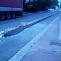 Via Annibale di Francia: sistemato il cordolo della pista ciclabile, il pericolo rimane