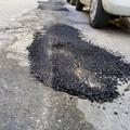 Buche stradali, tra un rattoppo e l'altro gli interventi di ripristino lasciano a desiderare
